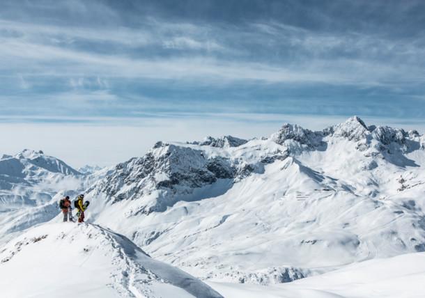Boven op de berg van het uitzicht genieten