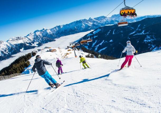 De bergen met ski's of gondels afdalen