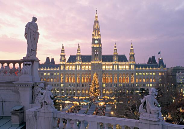 Mercado de Navidad en la plaza del Ayuntamiento en Viena