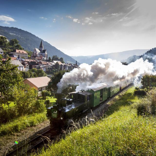 Murtalbahn mit Murau im Hintergrund