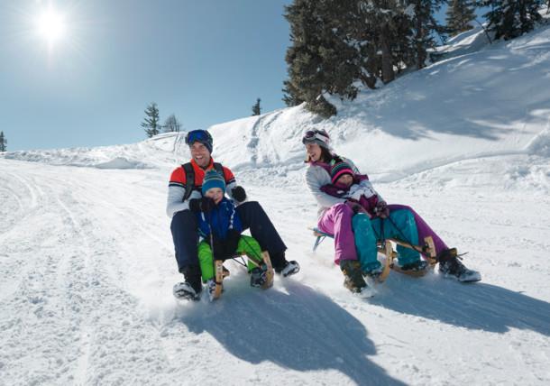 Familie beim Rodeln in Schladming, Steiermark