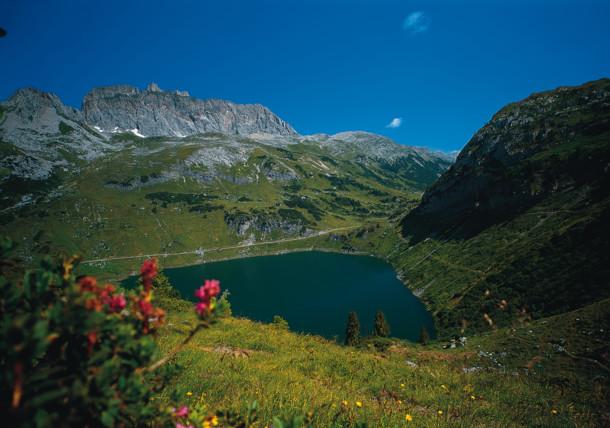 Formarinsee mit roter Wand, Vorarlberg
