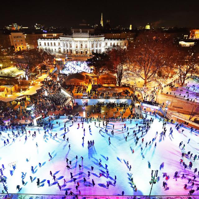 Eislaufen vor einmaliger Kulisse auf dem Wiener Eistraum