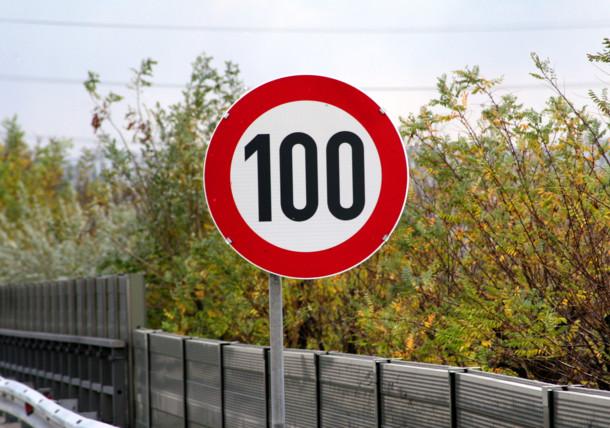 Straßenschild Tempolimit 100