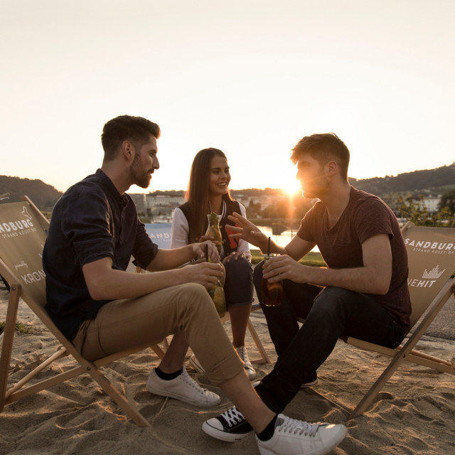 Junge Leute an der Donau