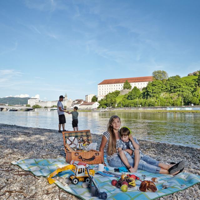 Familie bei Picknick an der Donau in Linz