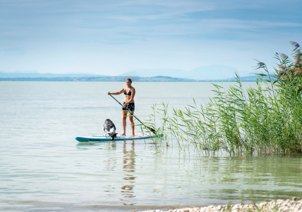 Ike Hodits beim Standup Paddeling am Neusiedlersee