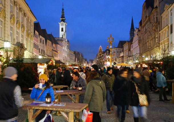 Steyr: Adventmarkt Altstadt mit Krippenbaum