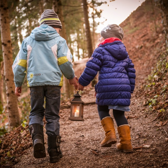 Kinder mit Friedenslicht