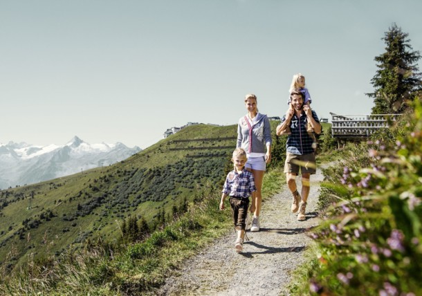 Familien genießen perfekte Wanderwege und Lehrpfade auf dem Aussichtsberg Schmittenhöhe in Zell am See