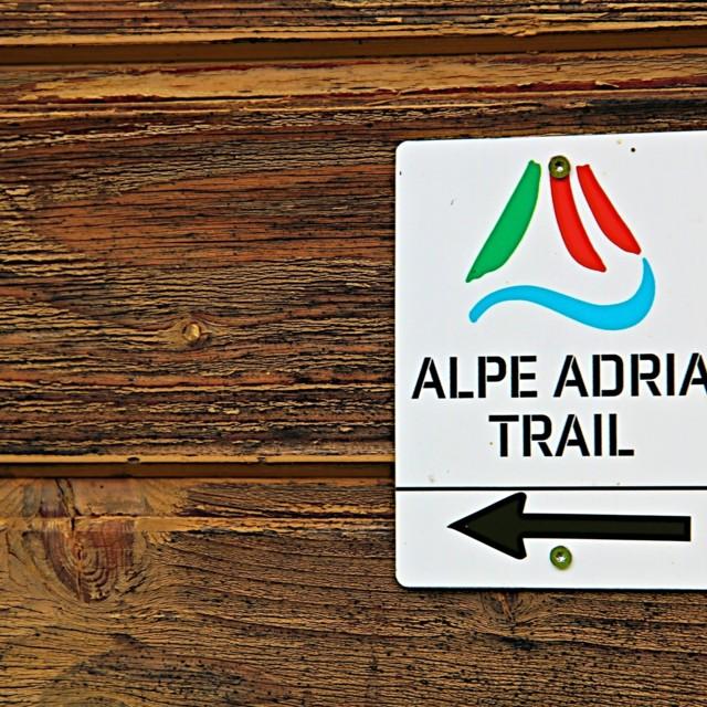 Schild vom Alpe Adria Trail