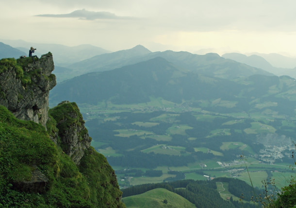 Fotografin sitzt auf Felsen, Alpines Lebensgefühl