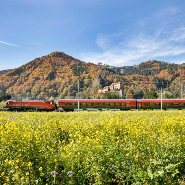 OEBB Railjet in Herbstlandschaft