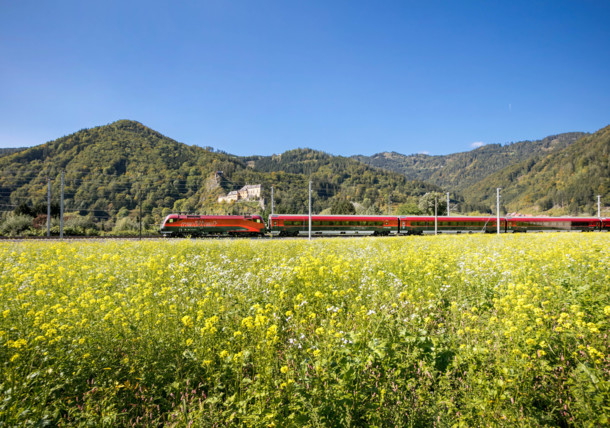OEBB Railjet in der Landschaft