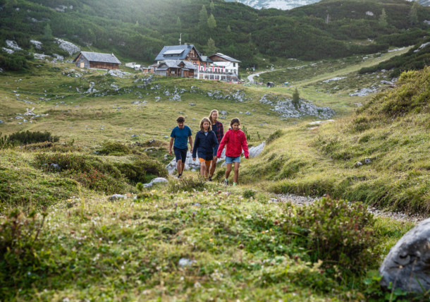Familie beim Wandern nahe der Gjaidalm