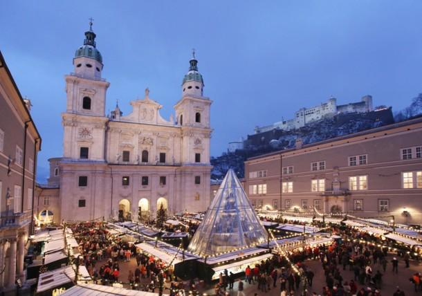 Historischer Salzburger Christkindlmarkt am Domplatz mit Blick auf die Festung Hohensalzburg.