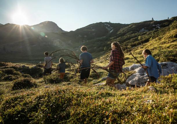 Holz sammeln für Lagerfeuer, Ferien mit Familie, Gjaidalm